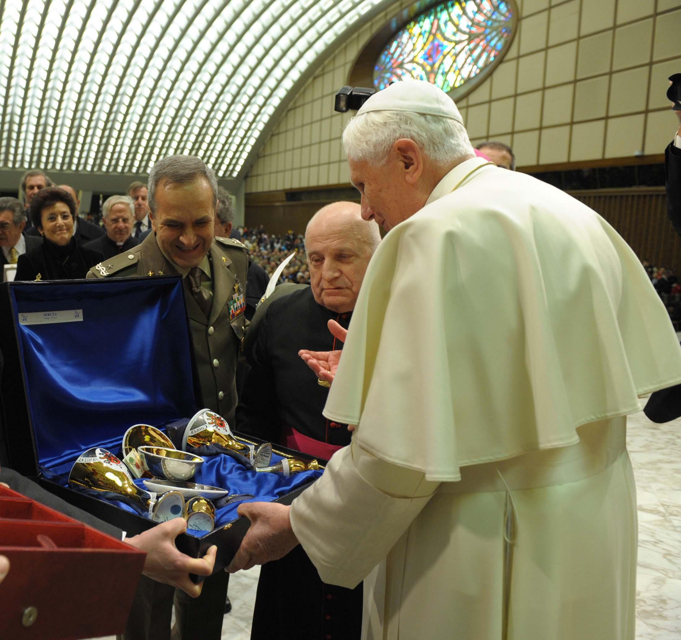 Sambuco Arte Sacra Deruta Vasi sacri SS Papa Benedetto XVI